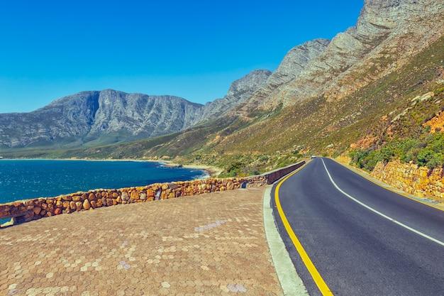 Route panoramique de la péninsule du cap avec vue sur l'océan et les montagnes, afrique du sud