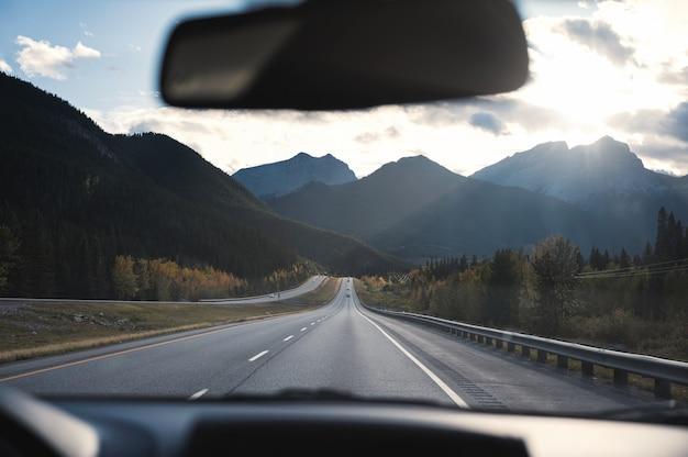 Route panoramique avec soleil sur les rocheuses canadiennes au parc national banff