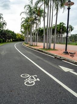Route, passerelle et course à pied dans le parc