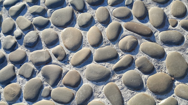 Route pavée de grosses pierres