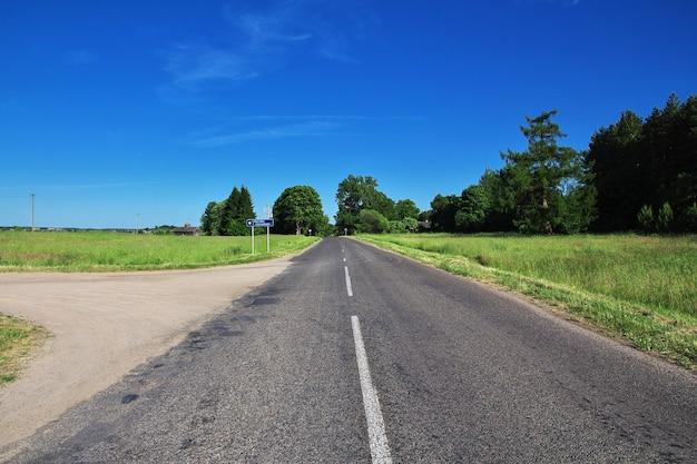 La route sur le pays biélorusse