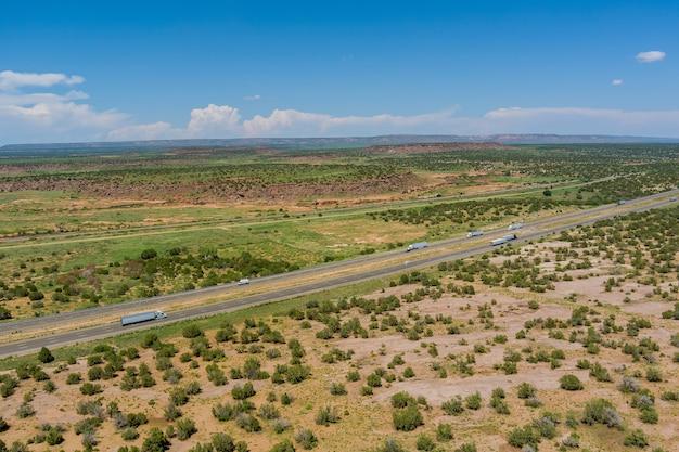 Route de paysage désertique avec le nouveau-mexique dans le sud-ouest américain