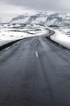 Route de paysage d'hiver d'islande