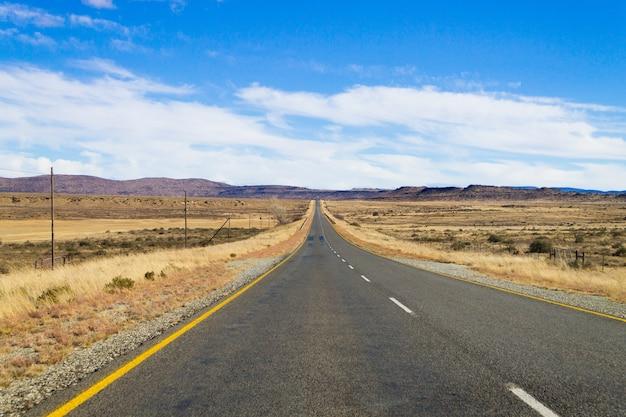 Route de perspective d'orange free state. sur la route de karoo, afrique du sud. paysage africain. fond de voyage