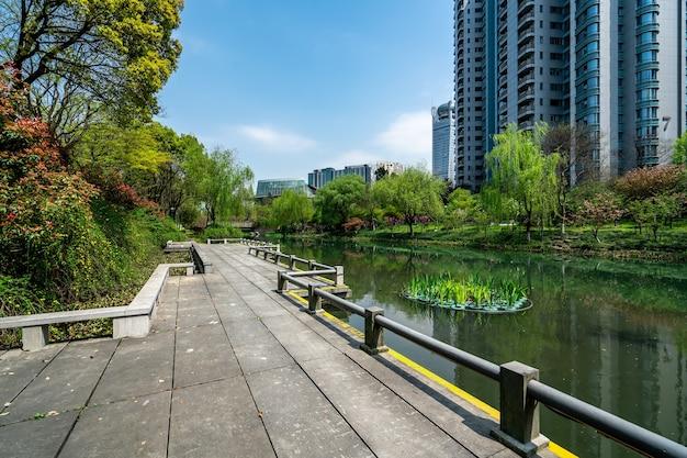 Route de planches de bois le long de la rivière dans une zone résidentielle urbaine