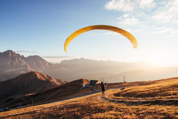 En route pour décoller de la montagne des dolomites de seceda.