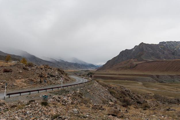 La route qui contourne les montagnes dans les hautes terres est parfaite