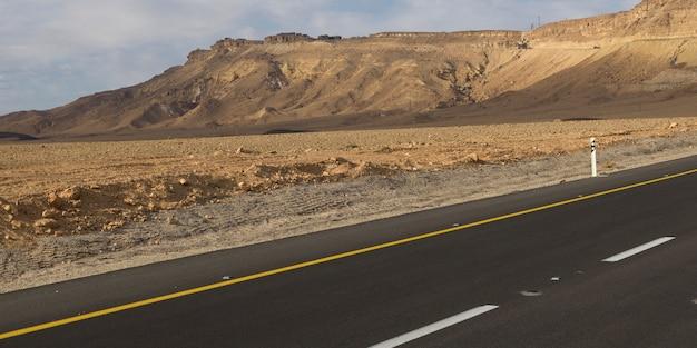 Route qui traverse le désert, makhtesh ramon, désert du néguev, israël