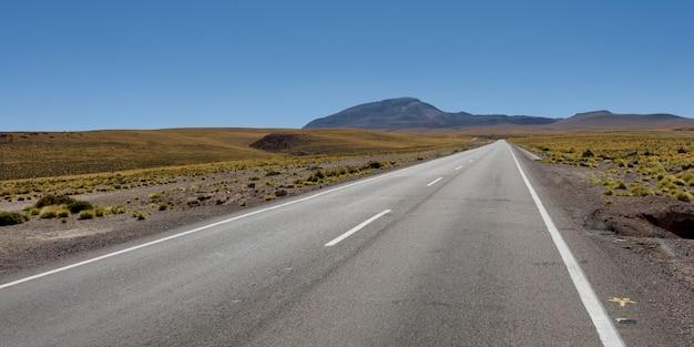 Route qui traverse le paysage, salar de atacama, san pedro d'atacama, province d'el loa, antofagasta