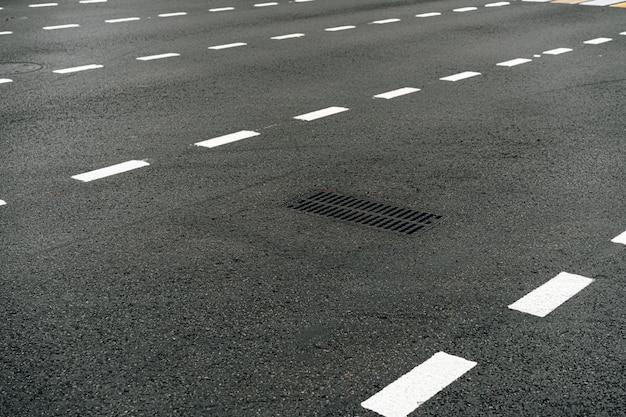 Route de rue asphaltée avec fond de soirée de marquages