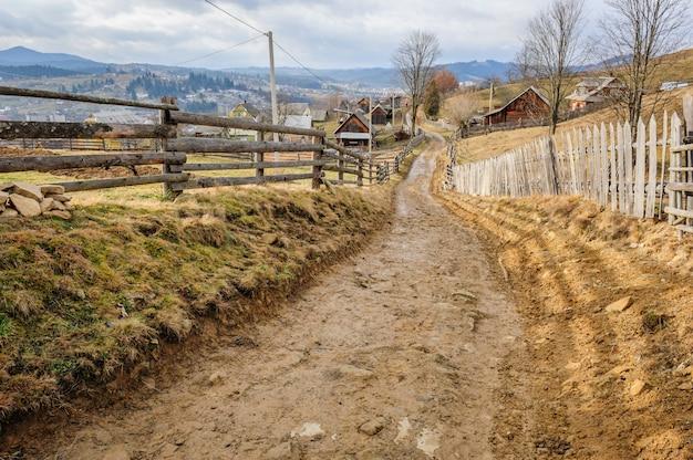 Route sale dans le village des carpates