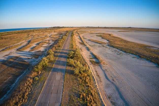 Route sauvage près de la mer