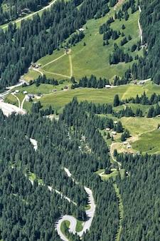 Route serpentine dans les montagnes