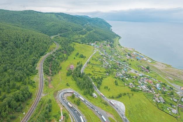 Route serpentine à l'extrémité sud du lac baïkal