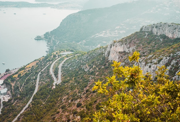Route sinueuse dans les montagnes près de la côte de la mer méditerranée côte d'azur
