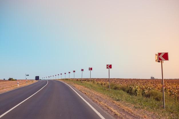 Route sinueuse avec indicateurs de direction