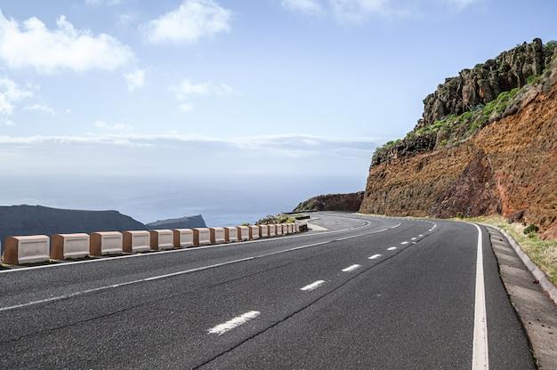 Route sinueuse de montagne sur l'île de la gomera
