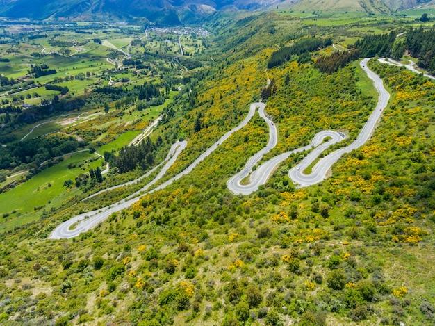 Route sinueuse sur la montagne, queenstown, nouvelle-zélande