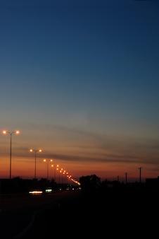 Route en soirée avec haute lumière et trafic