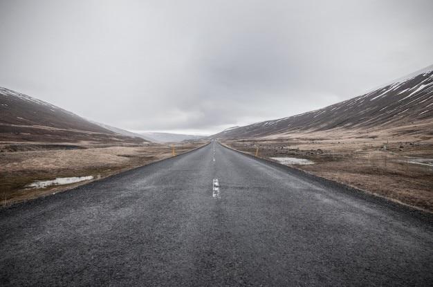 Route sombre sans fin