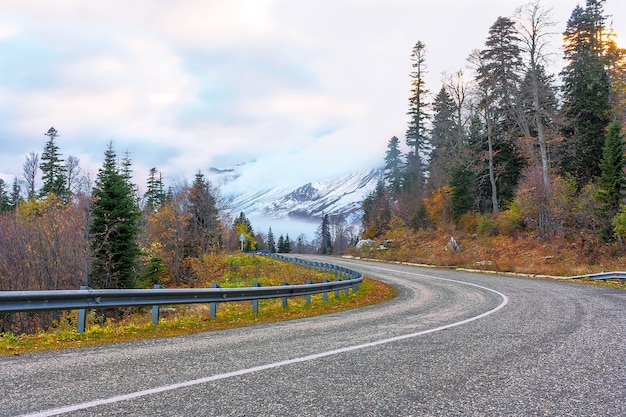 La route des sommets enneigés
