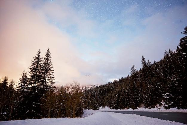 Une route en suisse au coucher du soleil