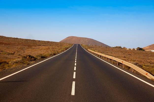 Route de tindaya avec la montagne fuerteventura