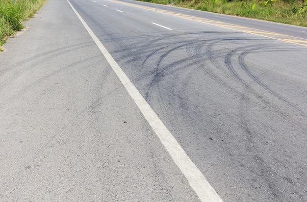 Route avec traces de pneus