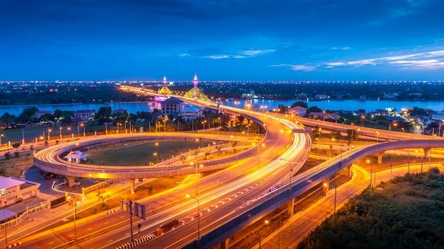 Route de trafic de transport express avec mouvement de véhicule