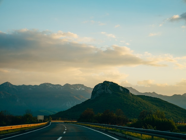 La route à travers les montagnes