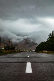 Une route à travers les nuages