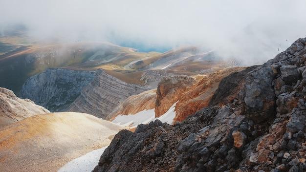 Route à travers les pics et les collines à travers des paysages majestueux