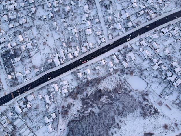 Route à travers le village en hiver. vue d'en-haut.