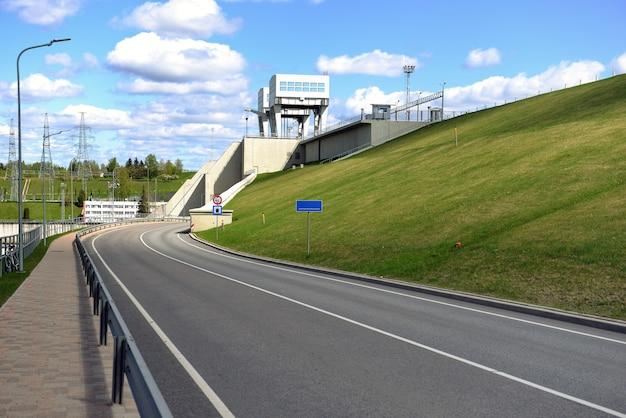 Route et tunnel sous centrale hydroélectrique à aizkraukle, lettonie