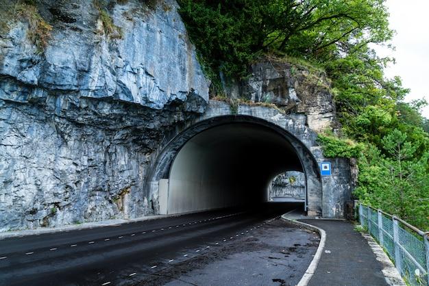 Route avec tunnel