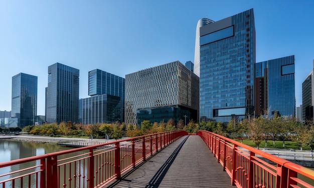 Route urbaine et immeuble de bureaux moderne du quartier des affaires de ningbo
