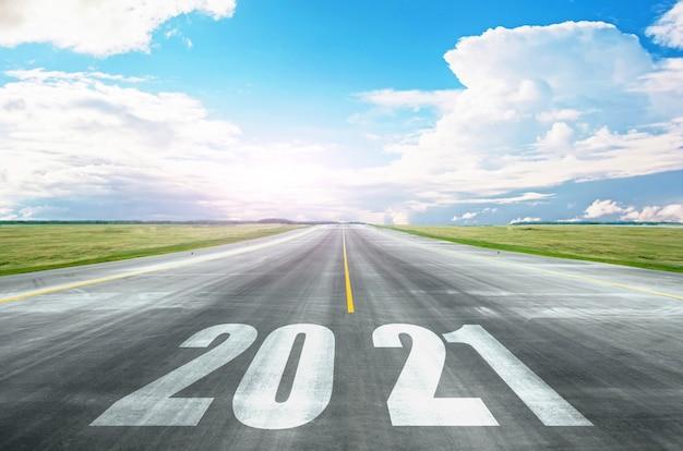 La route vers 2021, les perspectives d'ouverture d'horizons, de nouveaux potentiels. concept d'avenir et de développement lumineux.