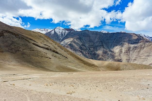 Une route vers une belle colline magnétique à leh, ladakh, inde