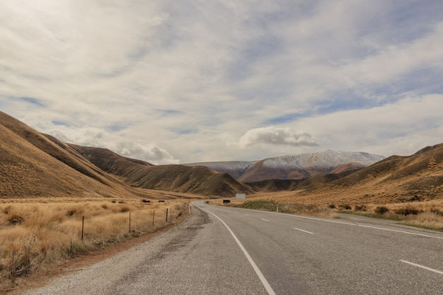 Une route vers fox glacier, nouvelle-zélande.