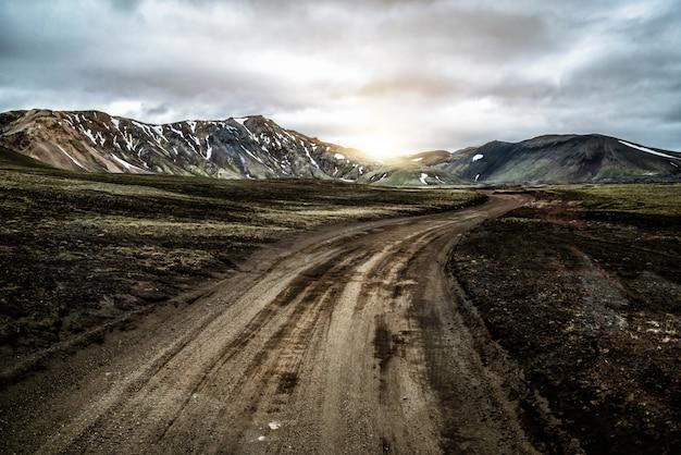 Route vers landmanalaugar sur les hauts plateaux d'islande.