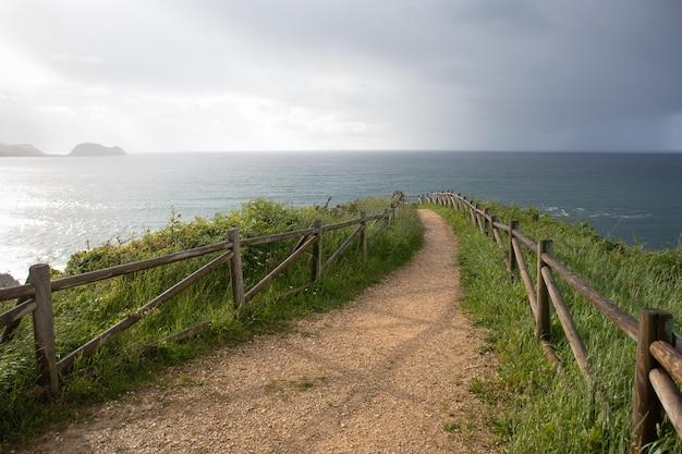 Route vers la mer sur la côte du pays basque à zarautz dans le nord de l'espagne et en arrière-plan