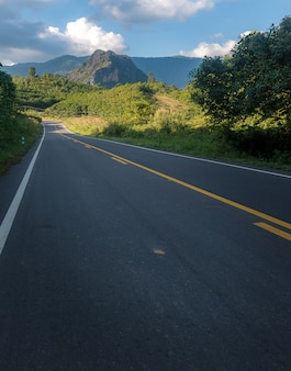 Route vers la montagne en thaïlande