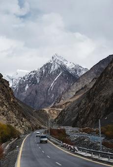 Route vers les montagnes de l'himalaya