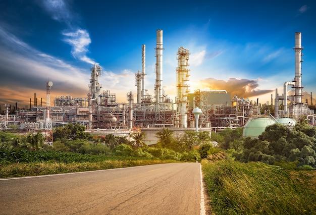 Route vers le raffineur de pétrole