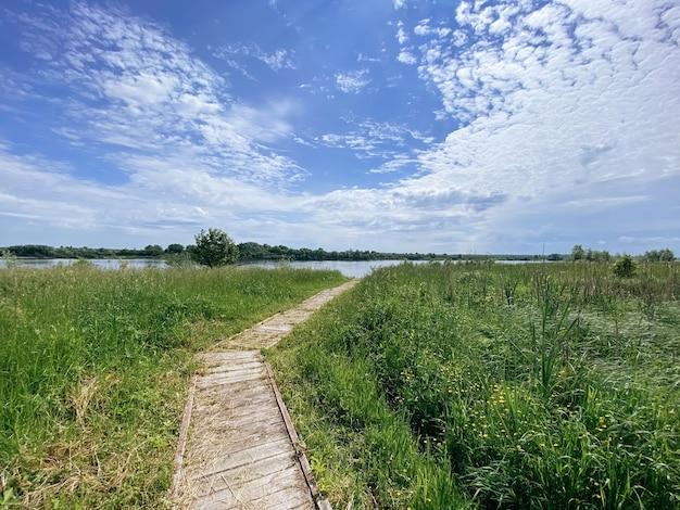 Route vers la rive du fleuve par une journée d'été ensoleillée