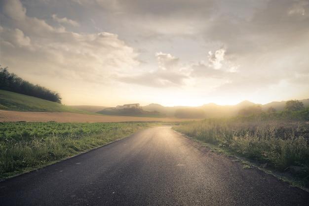 Route vide au coucher du soleil