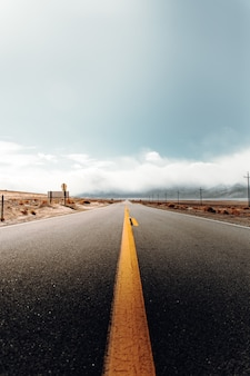 Route à vide dans un paysage désertique