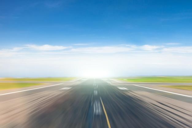 Route vide avec l'effet de la vitesse de déplacement.
