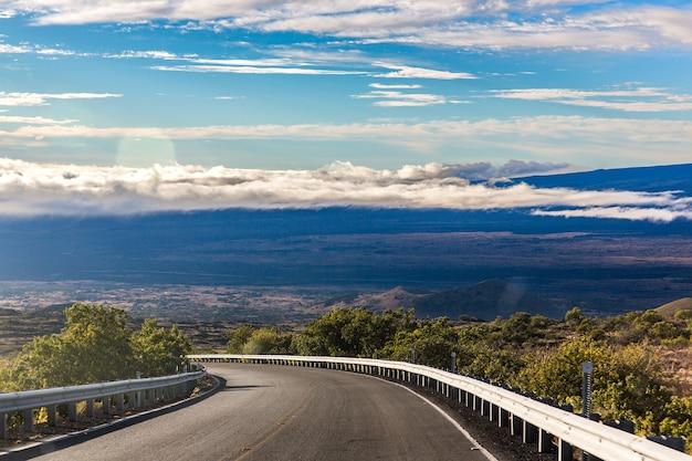 Route à vide par temps nuageux