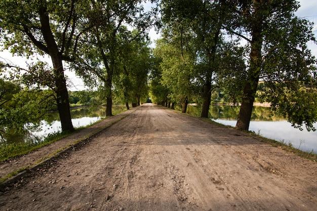Route de village à travers les lacs